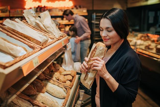 Femme, tenue, pain, épicerie, magasin