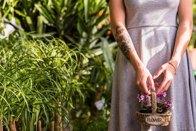 Femme, tenue, panier, à, fleurs
