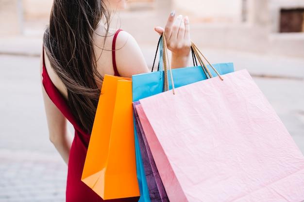 Femme, tenue, papier, sacs, une seule main