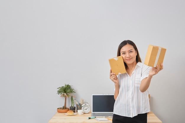 Femme, tenue, paquet, affaires, pme, démarrage, ligne