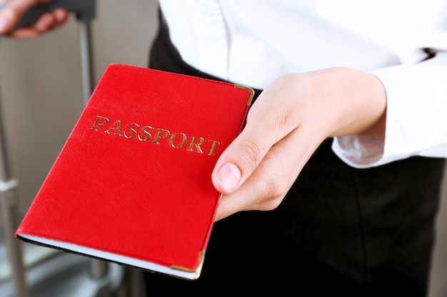 Femme, tenue, passeport, gros plan