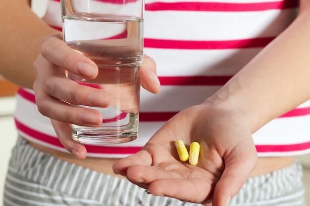 Femme, tenue, pilules, mains