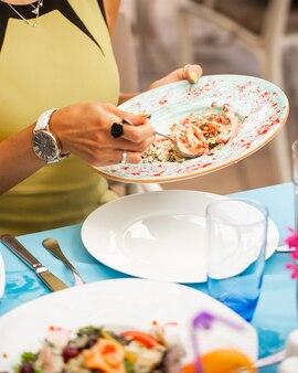 Femme, tenue, plaque, salade