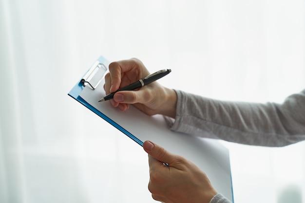 Femme, tenue, presse-papiers, concept, de, bureau, travail, ou, étudiant, vue côté, vue, gros plan