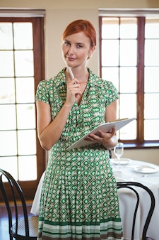 Femme, tenue, presse-papiers