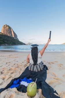 Femme en tenue de remise des diplômes à rio de janeiro, au brésil.