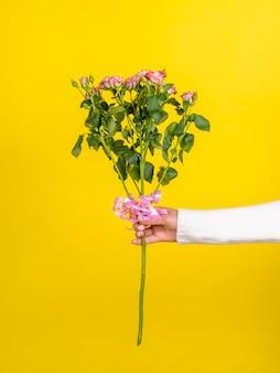 Femme, tenue, romantique, bouquet rose