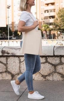 Femme, tenue, sac tissu, et, marche