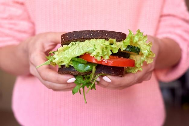 Femme, tenue, sain, sandwich