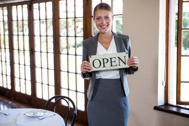 Femme, tenue, signe, ouvert