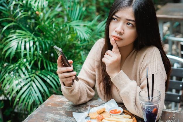 Femme, tenue, smartphone, pensée