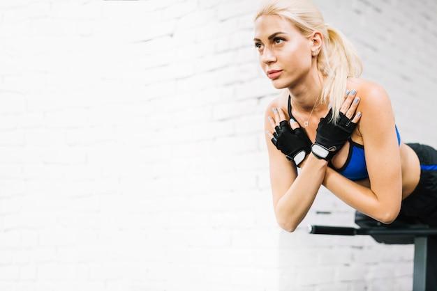 Femme en tenue de sport faisant des extensions de dos