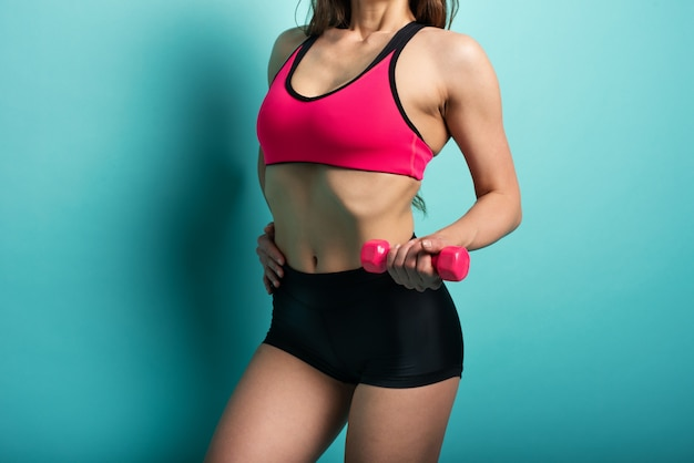 Femme en tenue de sport avec un haltère