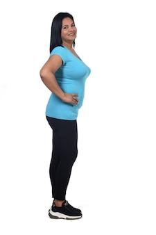 Femme en tenue de sport avec les mains sur les hanches