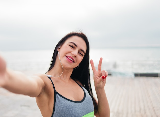 Femme en tenue de sport sur la plage