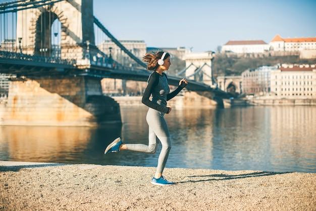 Femme en tenue de sport sur la promenade du danube à budapest