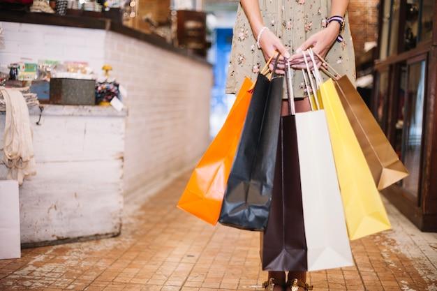 Femme, tenue, tas, papier, sacs