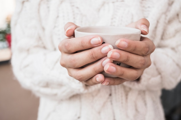 Femme, tenue, tasse café
