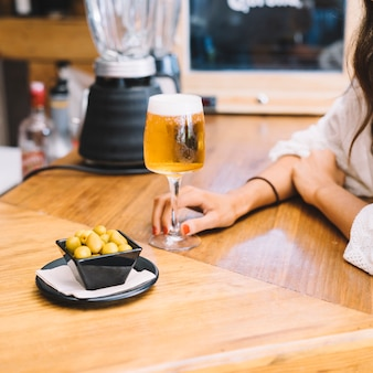 Femme, tenue, verre, bière