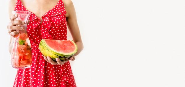 Femme, tenue, verre, eau, pastèque