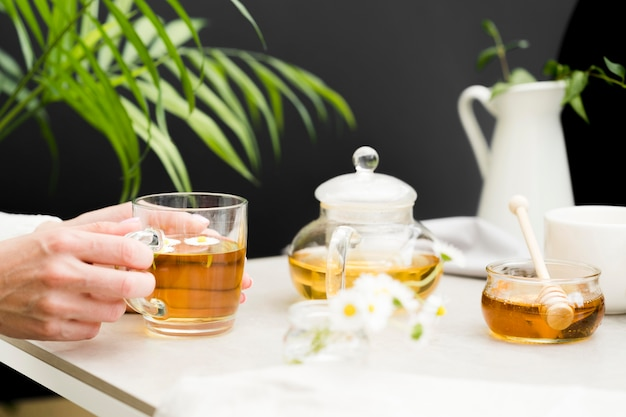 Femme, tenue, verre, thé, table