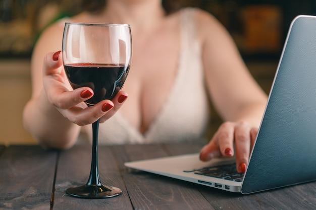 Femme, tenue, verre vin