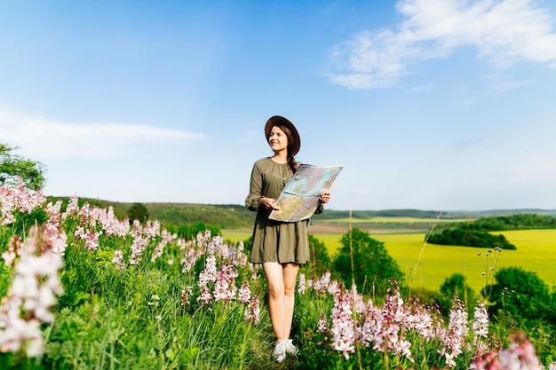 Femme sur le terrain de navigation avec carte