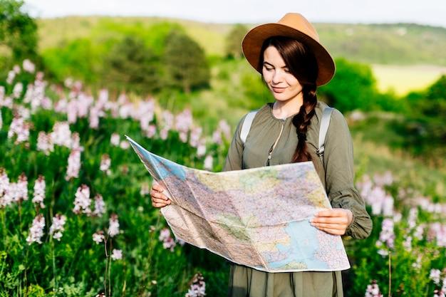 Femme sur le terrain en regardant la carte
