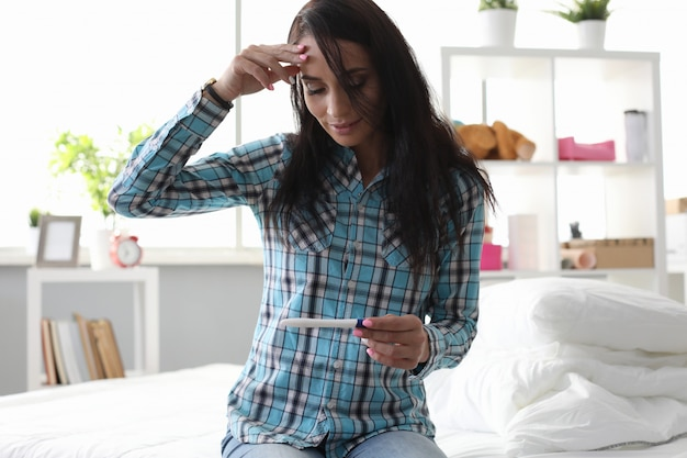 Femme avec test de grossesse