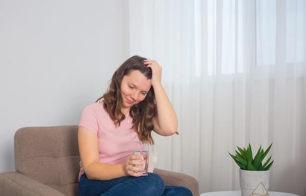 Femme avec thermomètre, rhume, grippe, fièvre et migraine au lit