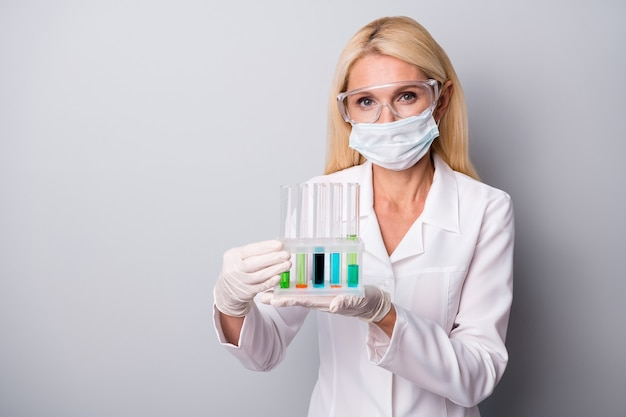 Femme tient un ballon avec un liquide chimique