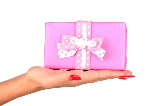 La femme tient la boîte avec le cadeau sur le plan rapproché blanc de surface de surface