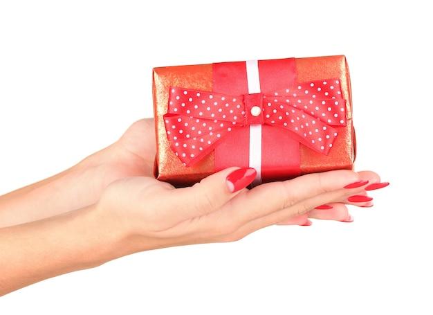 Femme tient la boîte avec gros plan cadeau