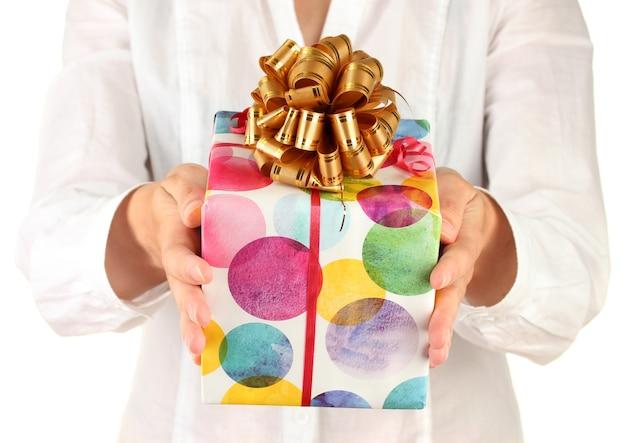 La femme tient une boîte avec un gros plan de cadeau