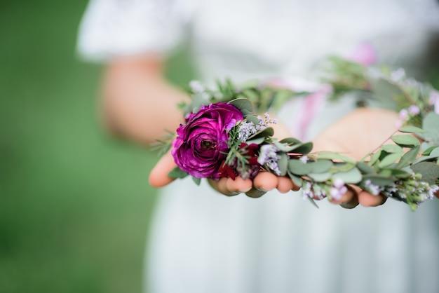La femme tient dans ses mains un bouquet tendre avec des pivoines