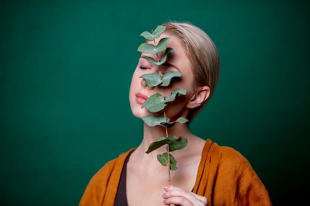 Femme, tient, eucalyptus, branche, vert, scène