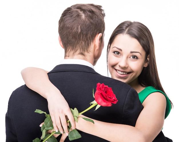 Une femme tient une fleur.