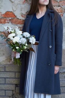 Femme, tient, floral, bouquet, dehors