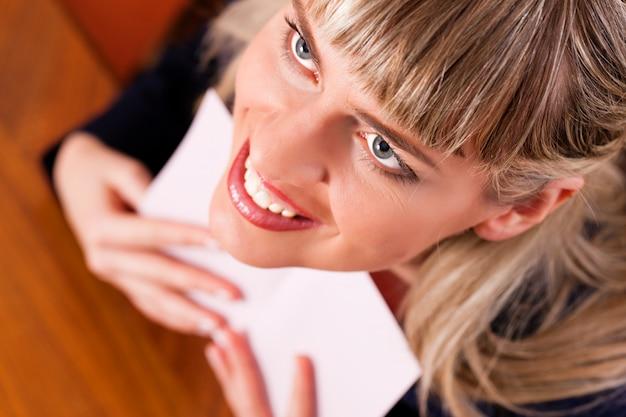Femme tient une lettre