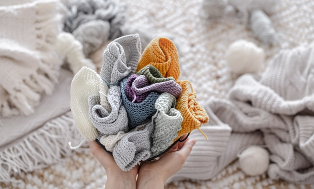 Une femme tient un panier avec du fil coloré. concept de loisirs et d'artisanat.