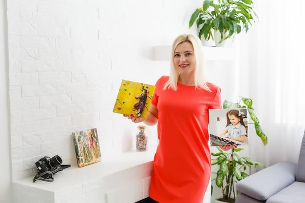 Une femme tient une toile à la maison