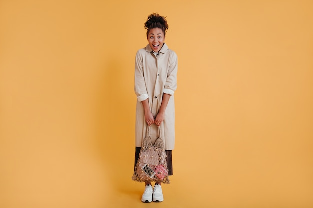 Femme timide tenant un sac à cordes