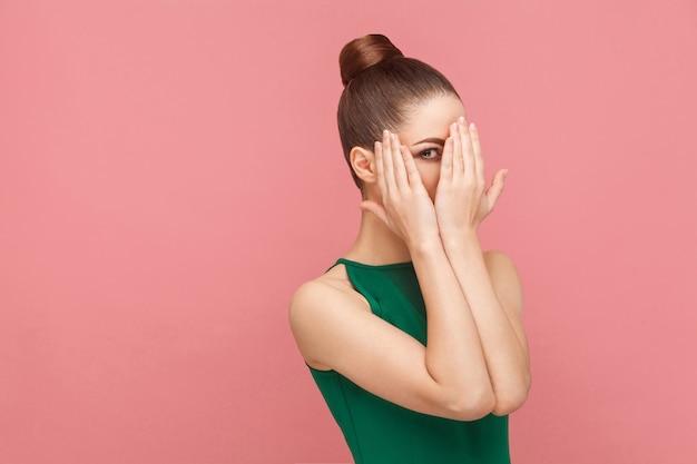 Femme timide visage fermé les mains