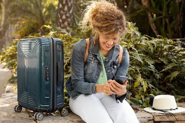 Femme de tir moyen avec bagages