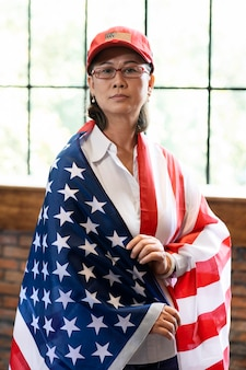 Femme de tir moyen avec drapeau américain