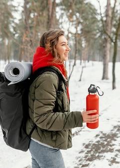 Femme tir moyen portant sac à dos