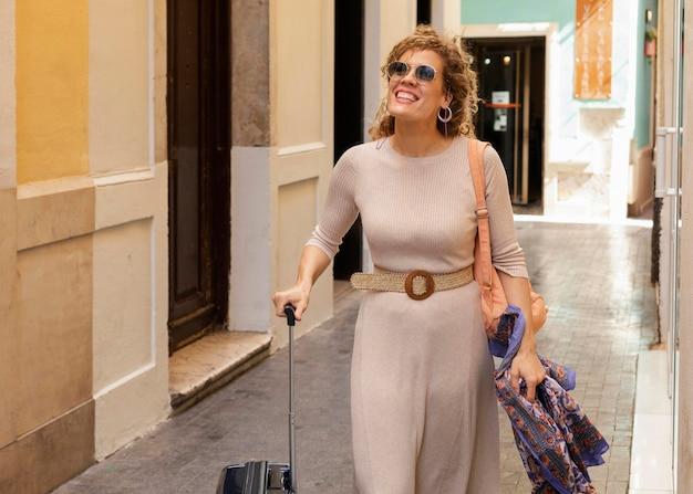 Femme De Tir Moyen Voyageant Avec Des Bagages Photo gratuit