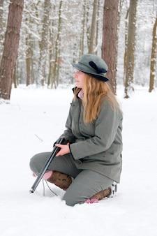 Femme tirant dans la neige