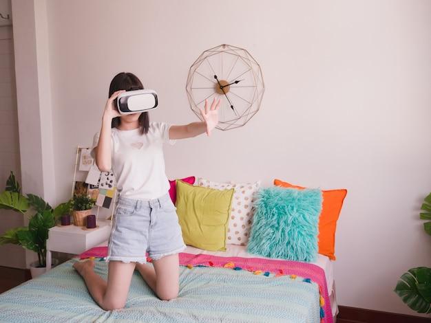Femme touchant quelque chose dans l'air pendant l'expérience de réalité virtuelle