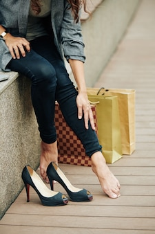 Femme touchant ses jambes fatiguées